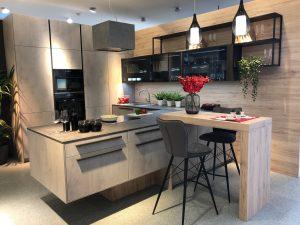 DAN Küche Modell La Corte mit Fronten in Beton Optik und Rückwände in Holzdekor Alfabia