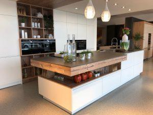 DAN Küche Modell Granada mit Fronten in Matt Weiß und Holzdetails in Altfichte.