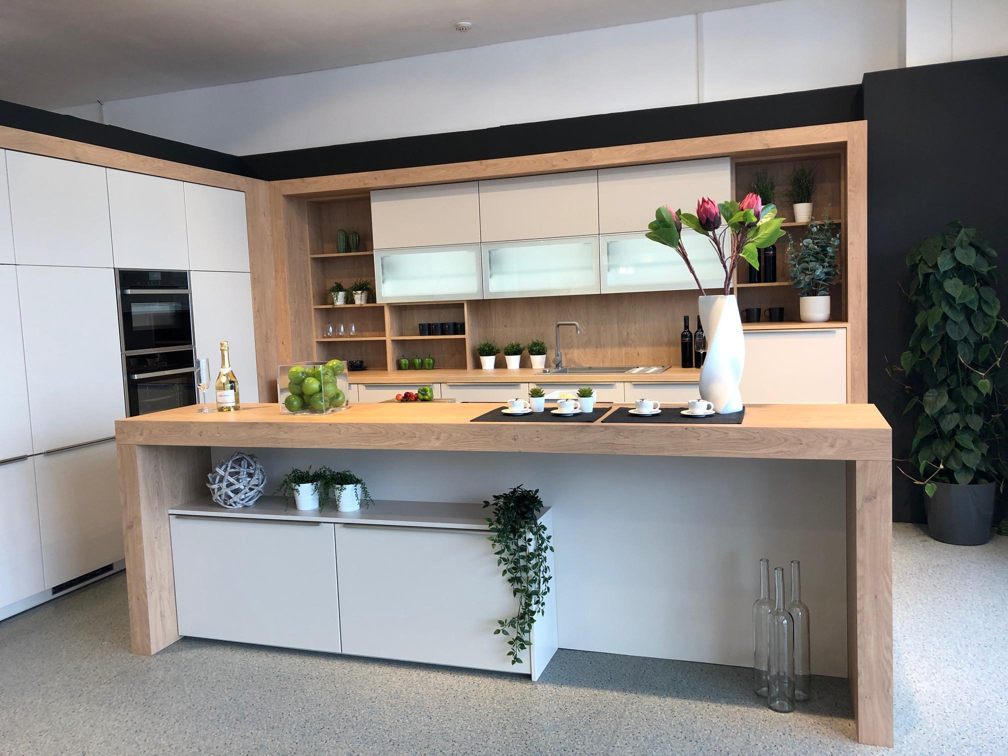 DAN Küche Modell Living mit Fronten in Jasmin Matt und Rückwände sowie Bar in Holzdekor Ulme.