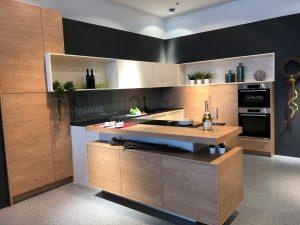 DAN Küche Modell Living mit Fronten in Magnolie Hochglanz und Holzdekor Ulme.